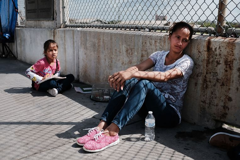 Een vrouw en haar dochter uit Honduras wachten aan de grens met de VS, nadat hen de toegang tot dat land werd ontzegd. Beeld Getty Images