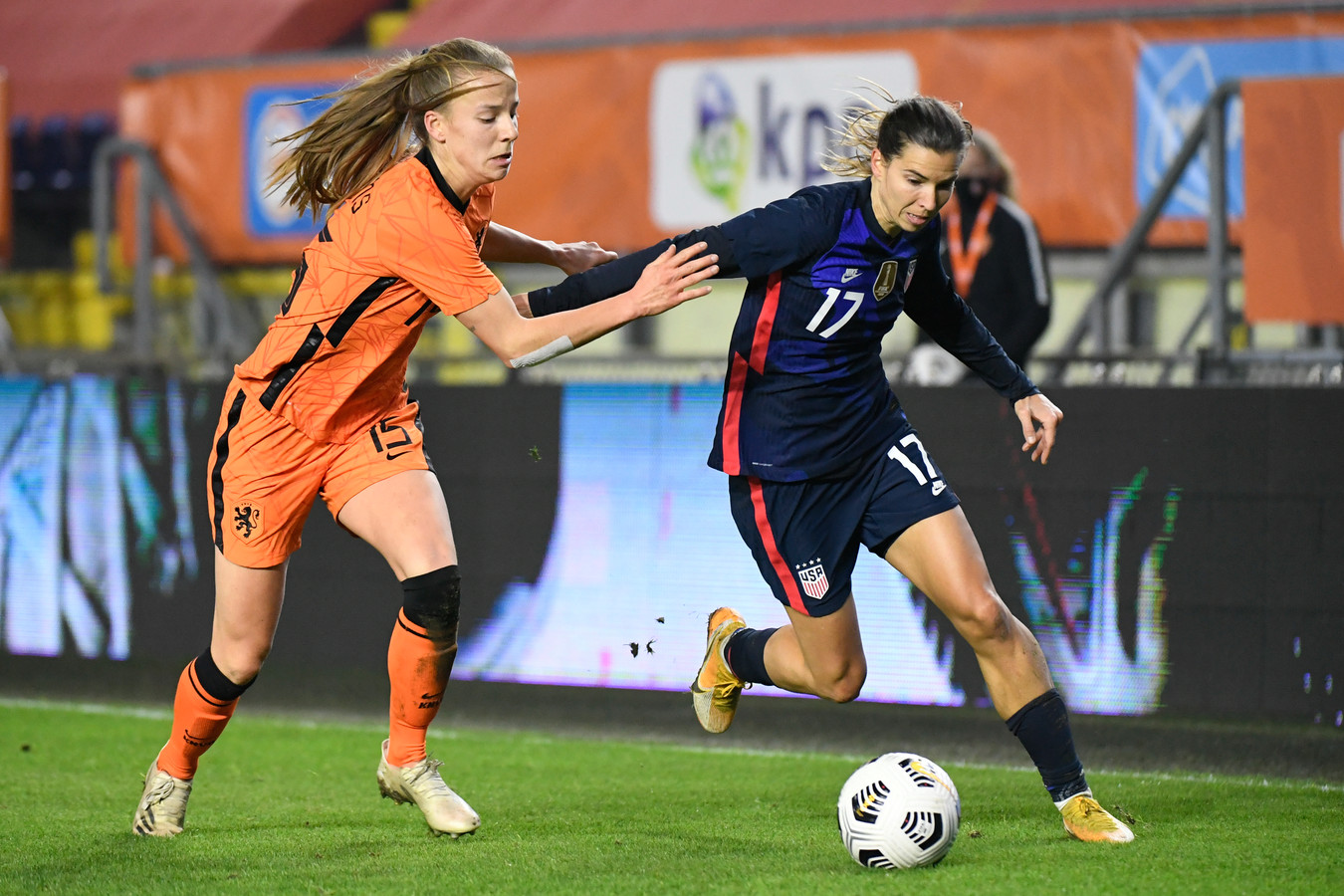 Tobin Heath en Lynn Wilms(L).