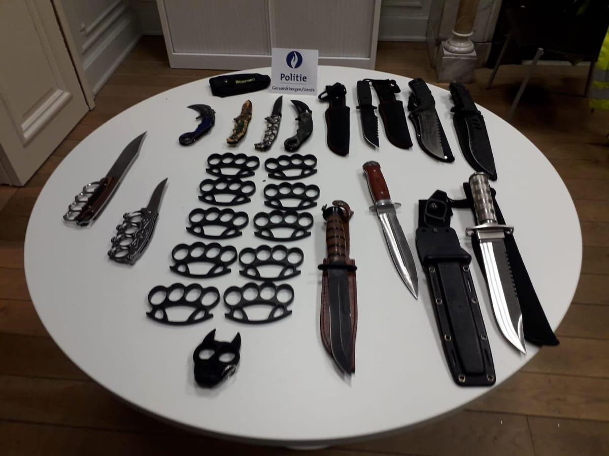 De politie trof maar liefst 24 verboden wapens aan bij de motorrijder.