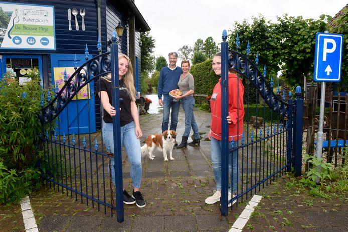 Rebecca de Boer (met haar beroemde appeltaart) en Juerd van der Burgt van buitenplaats De Blauwe Meije met stagiaires Amber en Valentine (rood shirt).