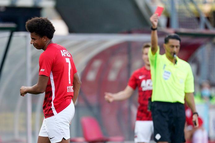 Calvin Stengs druipt af na zijn rode kaart tegen PEC Zwolle.
