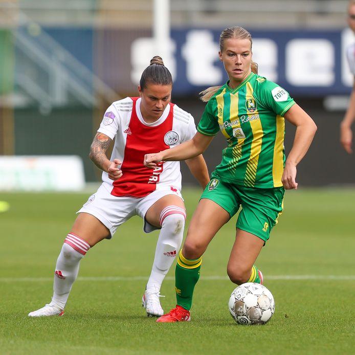 Kirsten van de Westeringh (rechts) van ADO Den Haag duelleert met Sherida Spitse van Ajax.