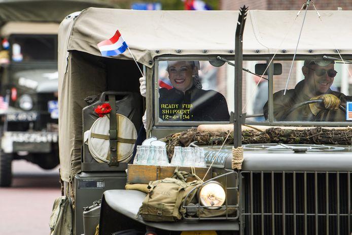 Historische motoren, auto's, vrachtauto's en vliegtuigen namen zaterdag deel aan een kleinschalige viering van de bevrijding van het dorp Hellendoorn.