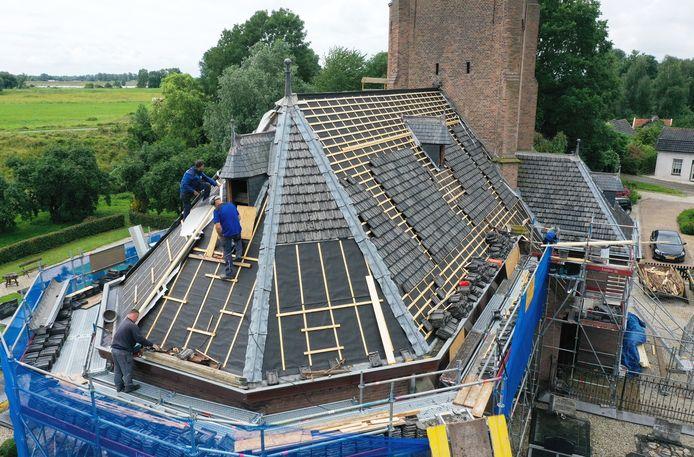 Er wordt gewerkt aan het dak van de kerk in Heesselt.