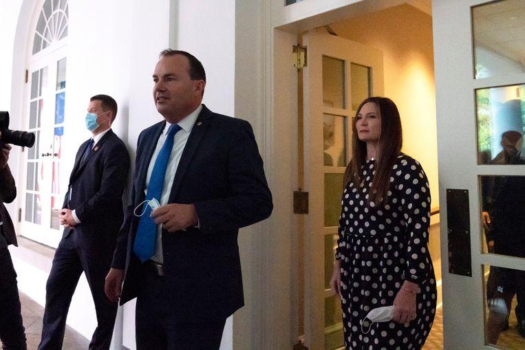 Senator Mike Lee wandelt vanuit het Witte Huis richting Rozentuin, mondmasker in de hand. Beeld AP