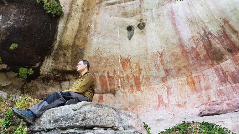 Archeoloog José Iriarte bij een door hem ontdekte rotswand in Colombia. Beeld Ella Al-Shamahi
