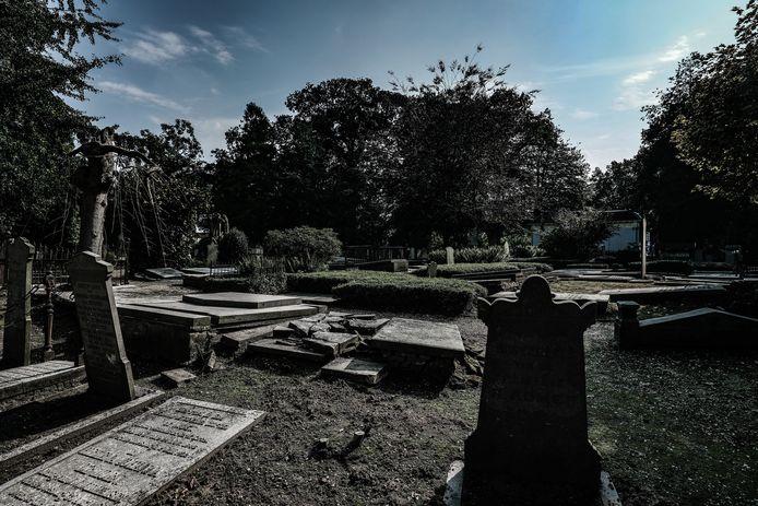 De begraafplaats aan Kraakselaan in Doesburg is in verval.