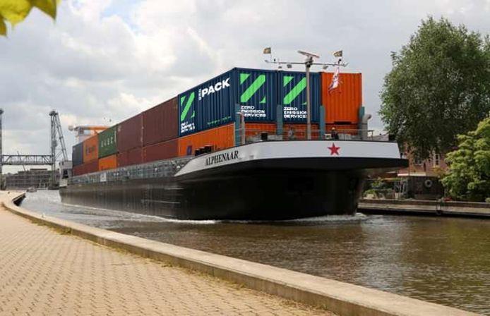 Impressie van een binnenvaartschip met een batterijenpakket aan boord. Ze zitten in de twee containers met de Z.