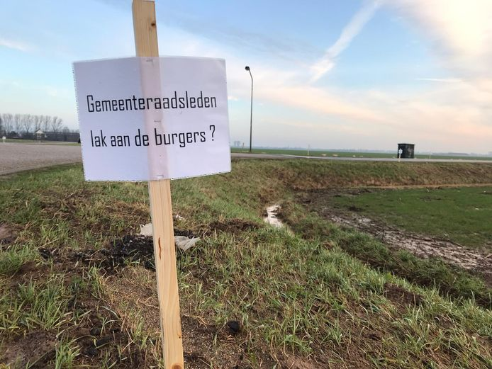 Protestborden tegen de komst van windmolens in de Lithse polder