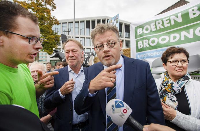Gedeputeerde Peter Drenth staat media en betogers te woord voor het Provinciehuis in Arnhem.