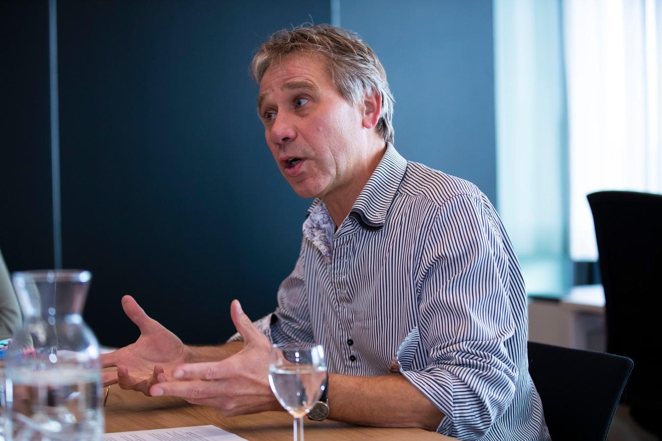 Rik Grashoff geeft uitleg over het provinciaal beleid om de vergunningverlening weer op gang te brengen.