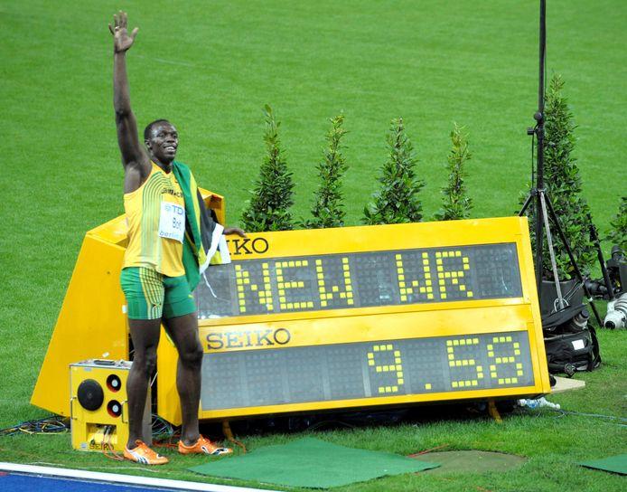 16 augustus 2009: Usain Bolt naast het bord met het fabuleuze  wereldrecord op de 100 meter: 9.58.
