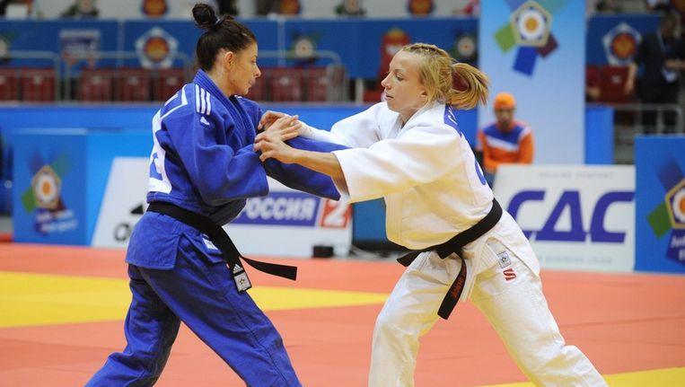 Charline Van Snick (r) behaalde Europees judozilver. Beeld AFP