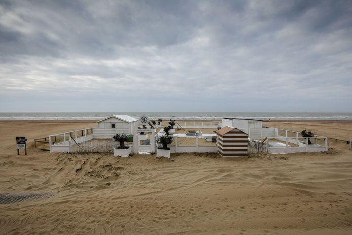 De strandbar in Koksijde staat klaar maar blijft leeg