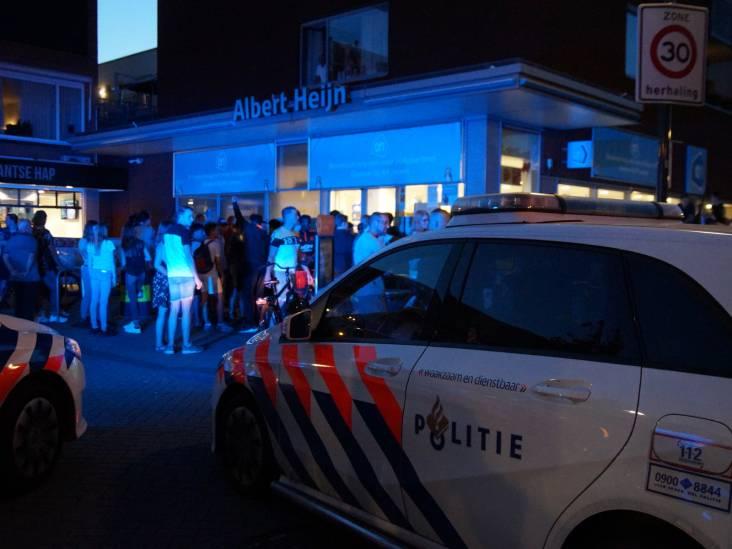 Naakte man zwaait met mes, bedreigt voorbijgangers en slaat politieagent in Albert Heijn in Waalwijk: 'Ik steek je neer'
