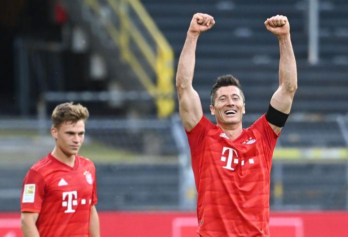 Robert Lewandowski viert de wint op Borussia Dortmund, dankzij de goal van Joshua Kimmich (op de achtergrond)
