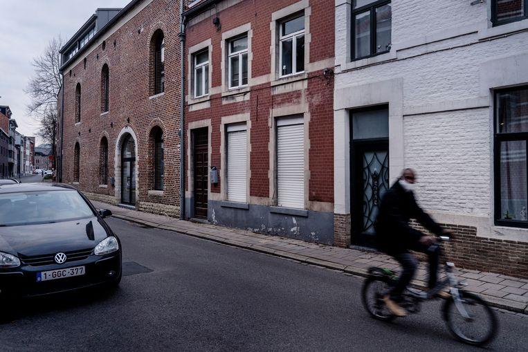 De moord vond plaats in de Reizigersstraat 52 in Tienen (middelste huis, nu onbewoond).  Beeld © Eric de Mildt