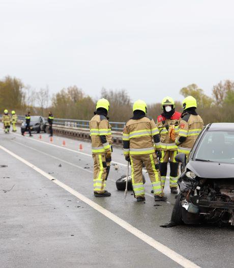 Twee gewonden bij ernstig ongeluk op N835 bij Zoelen, brug afgesloten