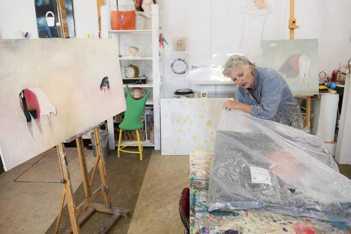 Kunstenares Marlieke Overmeer aan het werk in haar atelier aan de Spadestraat.