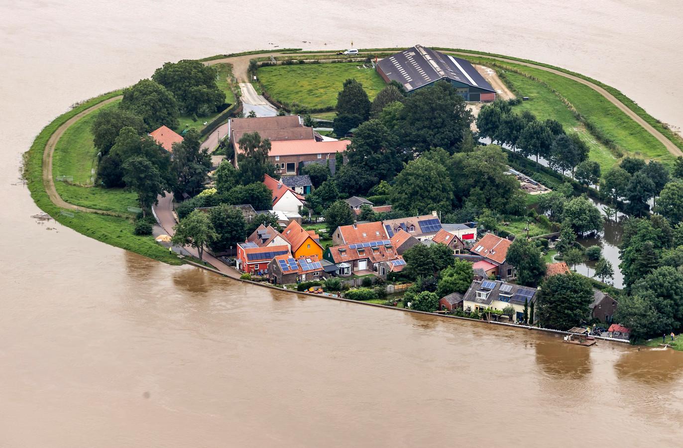 Luchtfoto van het gebied rond de Maas ten zuiden van Roermond na zware overstromingen.