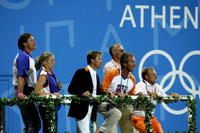 Bert Romp (rechts) als bondscoach van de Nederlandse springruiters tijdens de Spelen van 2004.