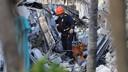 Reddingswerkers zoeken met speurhonden naar overlevenden.