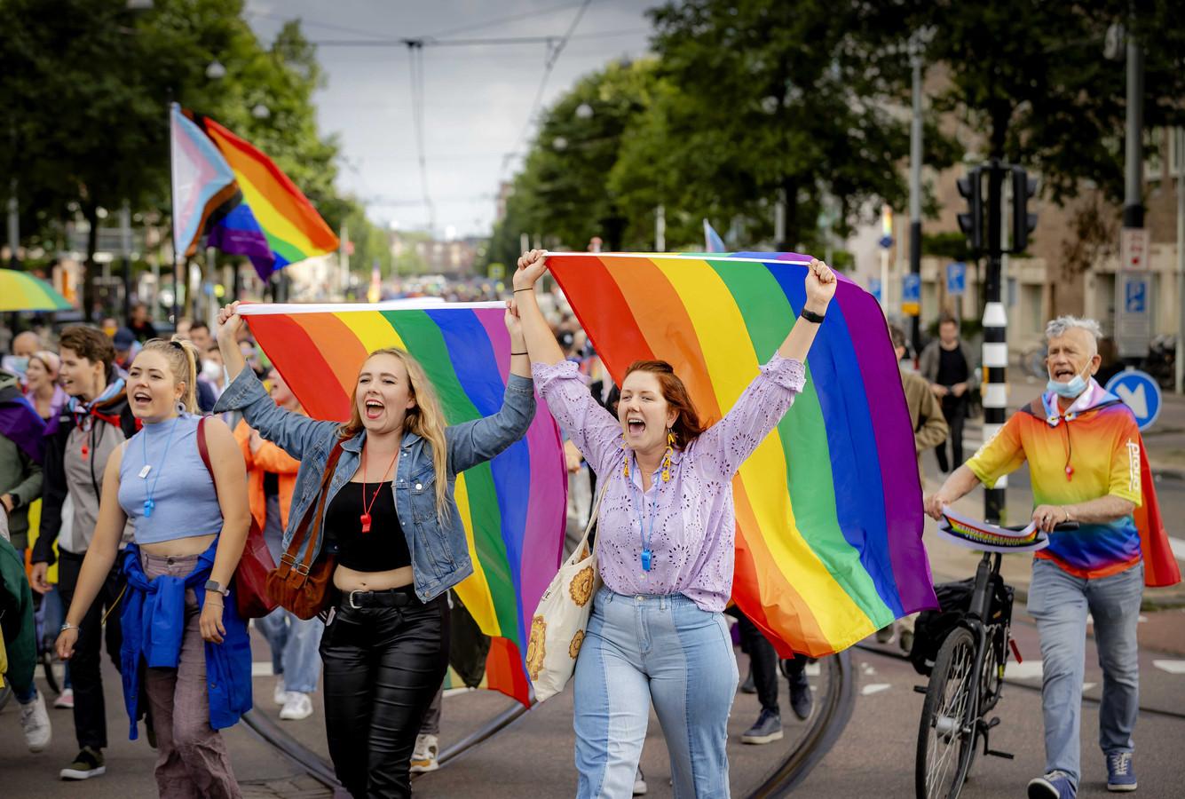 Protest tegen lhbti-geweld in Amsterdam. In een studentenflat werd vermoedelijk een regenboogvlag in brand gestoken. Volgens Marion Wasserbauer toont onderzoek aan dat geweld tegen lhbti-personen gebaseerd is op rigide gendernormen.
