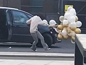 Vrouw beseft snel dat buitenkomen met tros ballonnen slecht idee is wanneer het hevig waait