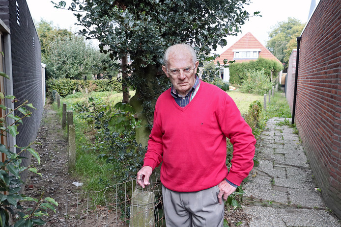 Guus Burbank op de plek waar schuin tegenover waar hij woont aan de Nieuwstraat ooit twee kerkepaden naar het noorden liepen.
