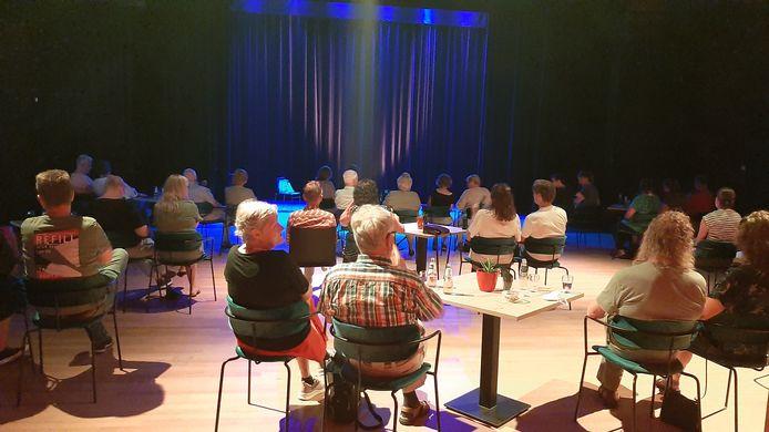 Vrijdag zit een beperkt aantal bezoekers nog op afstand van elkaar, zaterdag mag de theatertribune vol.