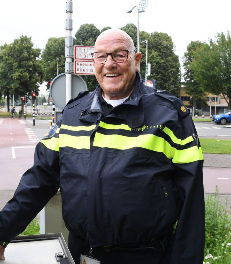 Toch nog een onverwacht afscheid van Ad van Gorp, politie en verkeersregelaars vormen een erehaag
