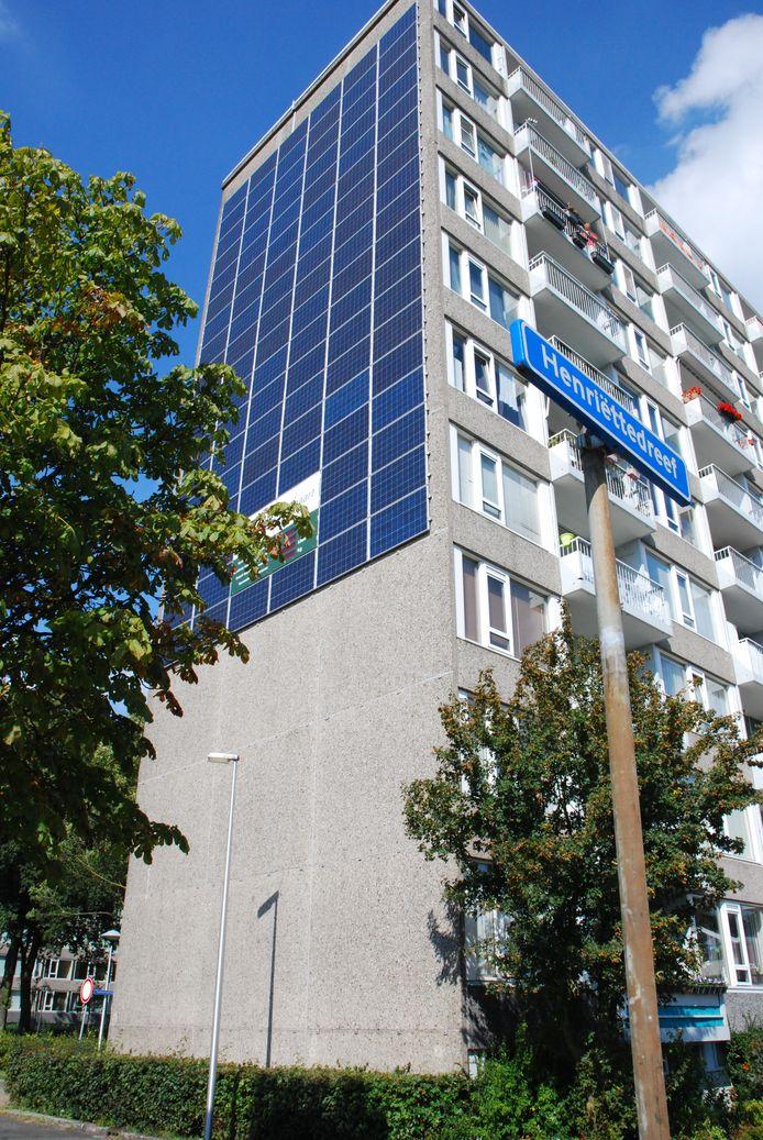 De flat van Bo-Ex aan Henriëttedreef in Utrecht Overvecht heeft al zonnepanelen op de  gevel en moet na onderhoud en maatregelen zelfs energie opwekken.