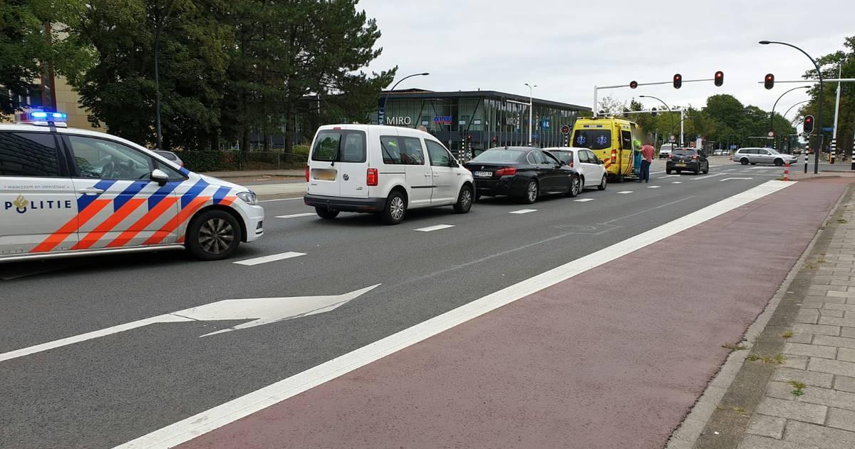 Aanrijding tussen drie autos op de Gronausestraat in Enschede.