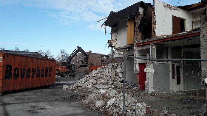 Aan bouwprojecten geen gebrek. Aan de Handelsweg is gestart met de sloop van panden voor de bouw van twintig woningen. Maar dan wel met koopprijzen vanaf 315.000 euro. Allemaal al verkocht.