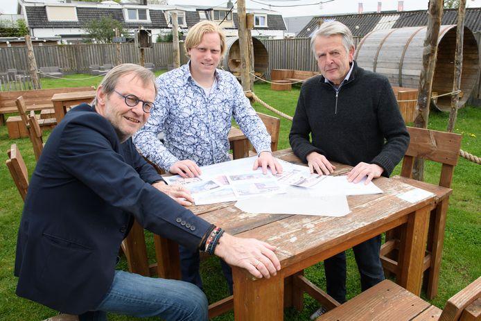 Jos van den Born (links), Ron Hoogsteder en André Odding (rechts) bespreken de plannen voor een Noabershof.