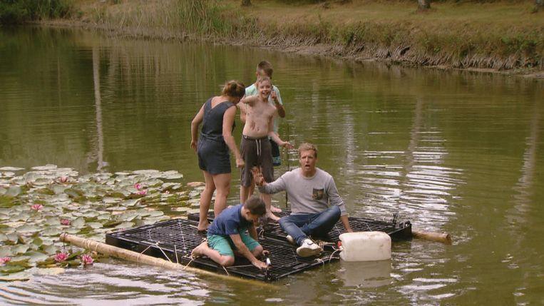 James Cooke bouwt een vlot, samen met een groep die het syndroom van Gilles de la Tourette heeft.