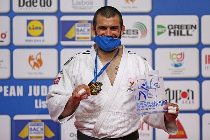 Toma Nikiforov toont zijn gouden medaille van het Europees kampioenschap judo in Lissabon.