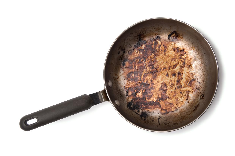 Een aangebakken koekenpan Beeld Getty Images/iStockphoto