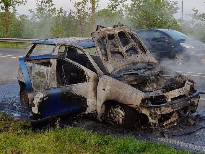 De auto brandt volledig af.
