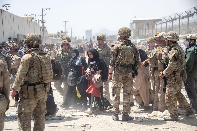 Amerikaanse en Britse soldaten op de luchthaven van Kaboel. Beeld AFP