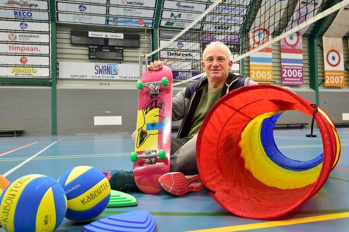 ZVH-bestuurslid John Blonk met een deel van het materiaalpakket dat zijn vereniging ontving voor de trainingen van de jongste jeugd.