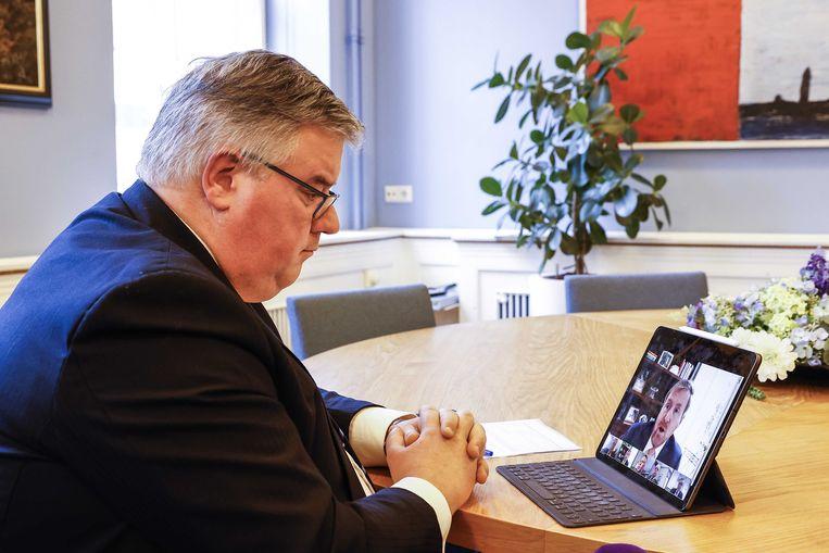 Hubert Bruls, burgemeester van Nijmegen en voorzitter van het Veiligheidsberaad, neemt deel aan een digitale ontmoeting met de koning  Beeld ANP