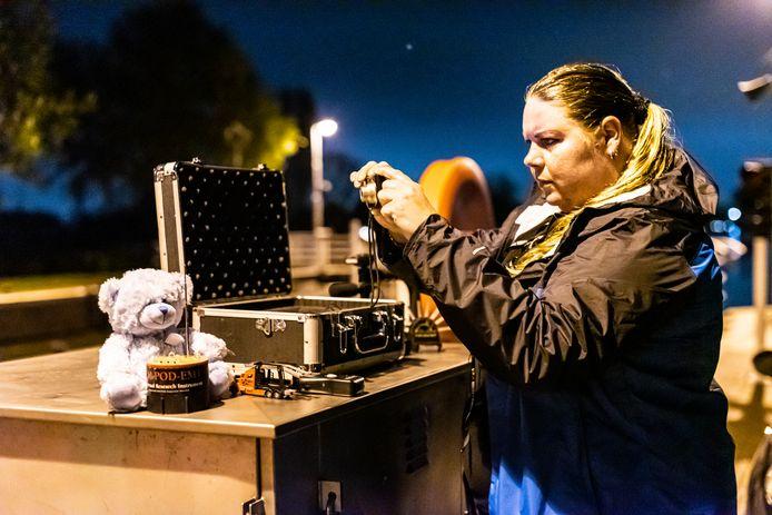 Geconcentreerd maakt Jill bij de Tolhuissluis foto's, met een speciaal cameraatje dat de energie van geesten zou weerkaatsen.