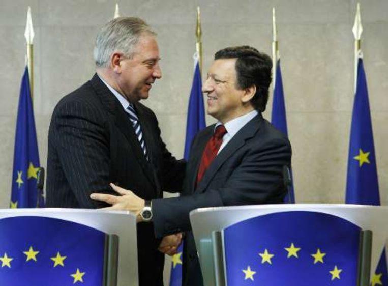 Barroso schudt de hand van Sanader.