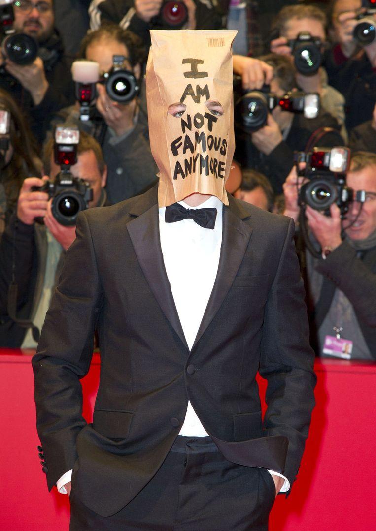 Shia LaBeouf met papieren zak op de rode loper van het Filmfestival van Berlijn: 'I am not famous anymore.' Beeld Photo News