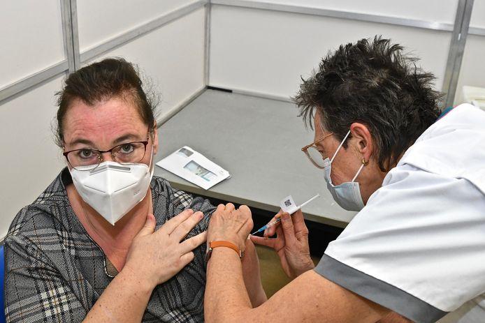 Lindsay Hollevoet kreeg dinsdag als een van de eersten een coronaprikje in vaccinatiecentrum ISO in Izegem.