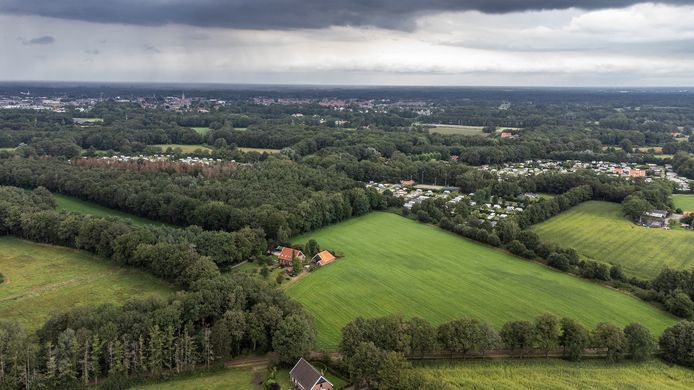 Op het frisgroene weiland in het midden is de uitbreiding van de camping gepland, evenals het langwerpige weiland links, dat verscholen ligt tussen bos en houtwal.