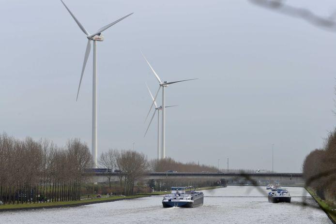 De bestaande windmolens in Houten krijgen uitbreiding. Vier nieuwe zijn ingetekend naast het Amsterdam-Rijnkanaal, aan de noordoever van de Lek in de uiterste punt van de gemeente Houten.