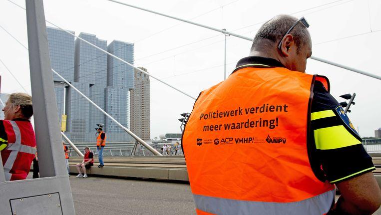 Actie van de politie op de Erasmusbrug in Rotterdam. Beeld anp