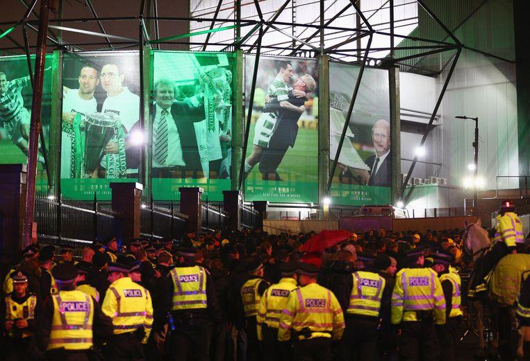 Een politiepatrouille bij het stadion van Celtic FC, voorafgaand aan de wedstrijd Celtic FC - Ajax in 2015. Beeld Getty Images